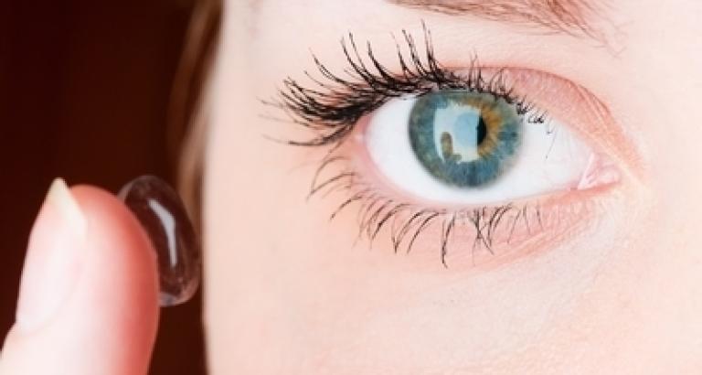 99840ade7a353 Como colocar as lentes de contato nos olhos